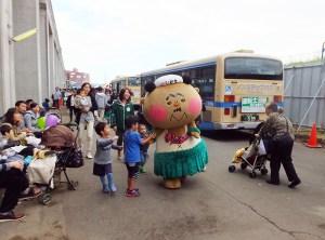 福島県いわき市からゆるキャラ「フラおじさん」も応援に駆けつけていました