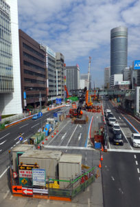 地下駅の工事では地下水の浸入や地盤の緩みを防ぐ工法が採用されているという(新横浜駅の建設現場)