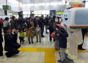 横浜線のキャラクター「電チャン」も来ていました