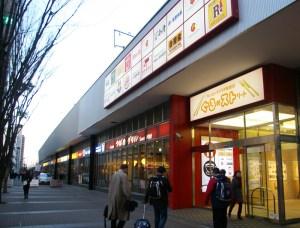 東海道新幹線の高架下、旅行者も多く訪れるぐるめストリート