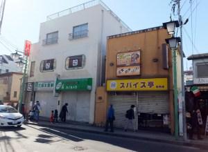 スパイス亭(右)と建て替えが予定されている鈴木ビル(左側)
