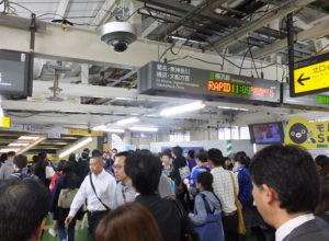 横浜線の新横浜駅から北口へは階段通路が1本しかなく度々混雑する