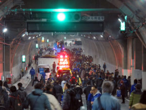 「トンネルウォーク」には多数の人が訪れていました