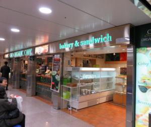 新幹線改札口内の新大阪寄り待合室にある「ジオオーガニックカフェ新横浜店」