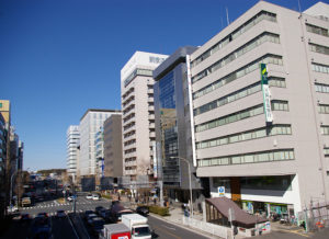 新横浜3丁目の10階建てビルは前年から3.8%上昇し、1平方メートル当たりの価格は13万5000円で区内商業地で最高価格だった
