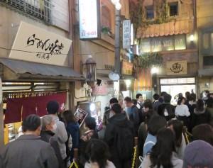 春休みと新店舗ということで平日でも両店には長い行列が見られる