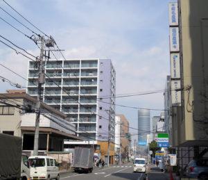 工場や低いビルも散見される新横浜1丁目