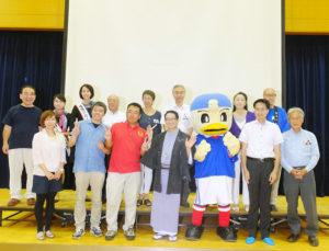 春風亭昇太さんら出演者を囲んでの記念撮影。地元ゆかりの女優・五大路子さん(後方右から2人目)も飛び入り参加し、イベントを盛り上げた