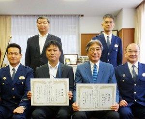 """地域の金融機関に勤務する2名がお手柄!横浜銀行大倉山支店の服部さん(右)、JA横浜・日吉支店の今野さん(左)の""""勇気""""を称(たた)え、港北警察署にて感謝状を贈呈した"""
