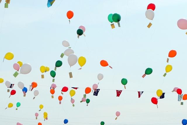 空を飛ぶ多数の風船