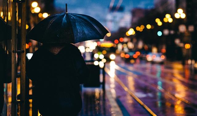 雨の日に傘をさす男性