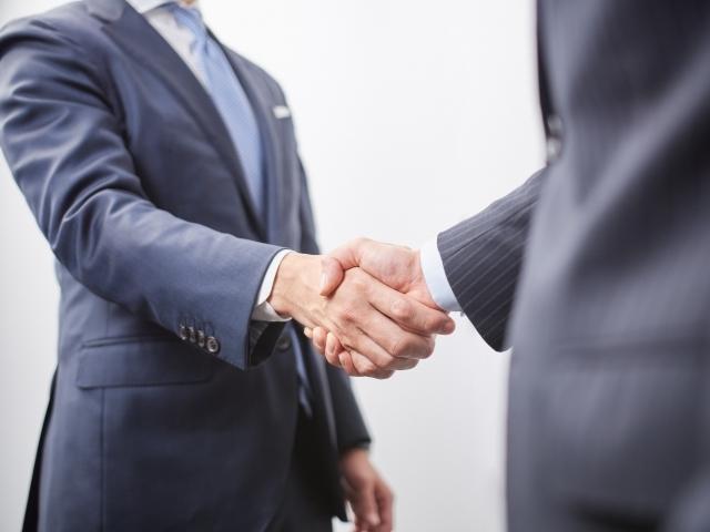 握手するサラリーマン