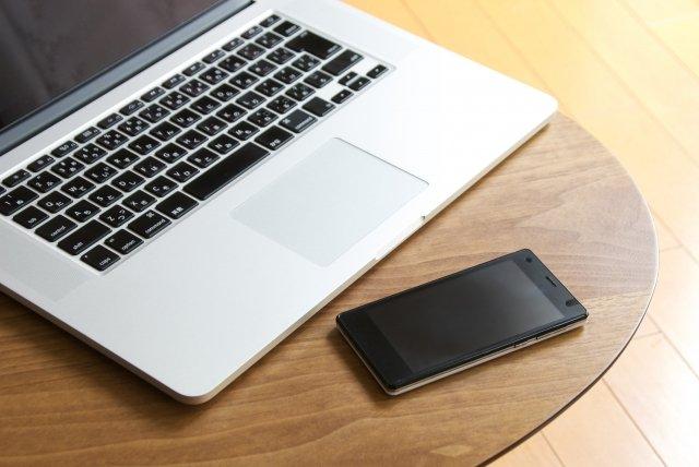 スマホとノートパソコン