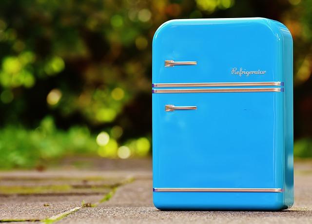 青いミニチュアの冷蔵庫