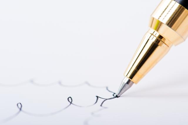 ボールペンで紙に線を描く