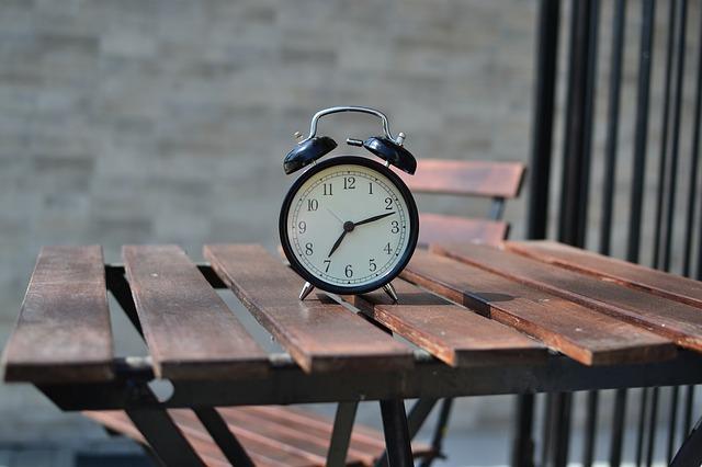 机の上の目覚まし時計