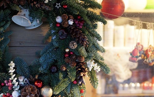 壁に飾られたクリスマスリース