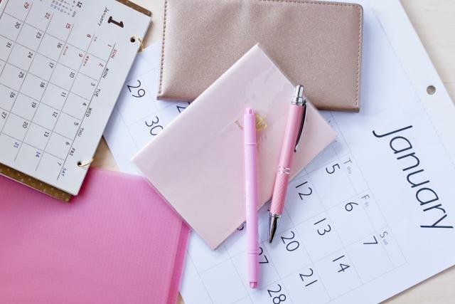 1月のカレンダーと手帳とペン