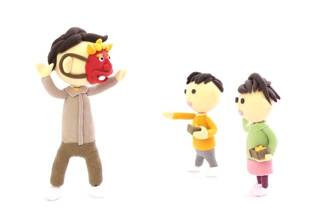 お父さんの鬼に豆まきをする子供