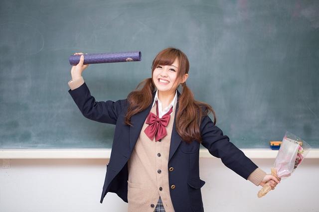 卒業証書を持った女子高生