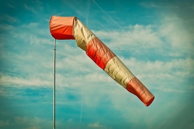 強風でなびく風力計