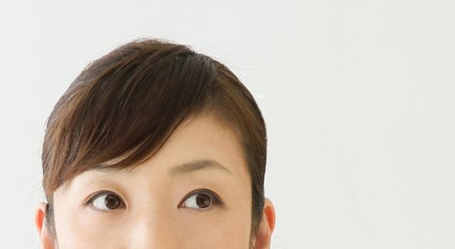 女性の目から頭まで