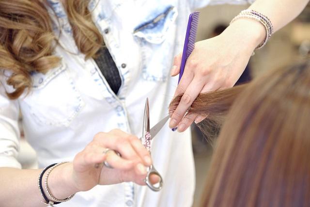 美容室で髪を切ってもらう女性