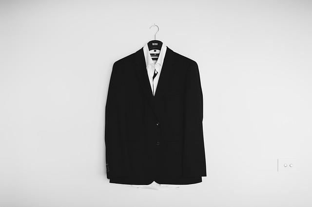 黒いスーツと白いシャツ
