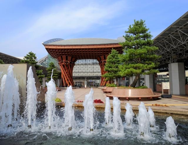 金沢駅前の門と噴水