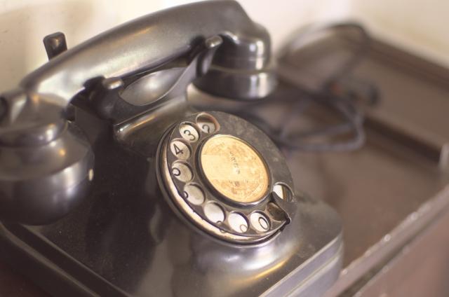 ダイヤル式の黒電話