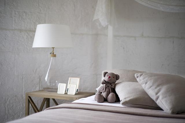 寝室のベッドとクマのぬいぐるみ