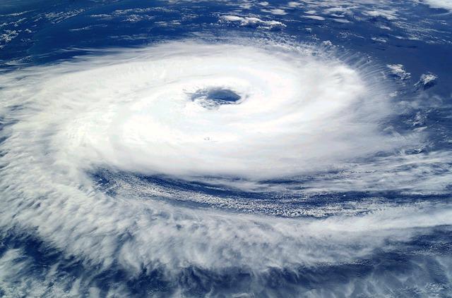 上空から見た台風の渦