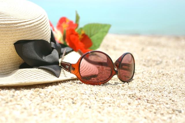 砂浜とサングラスと帽子