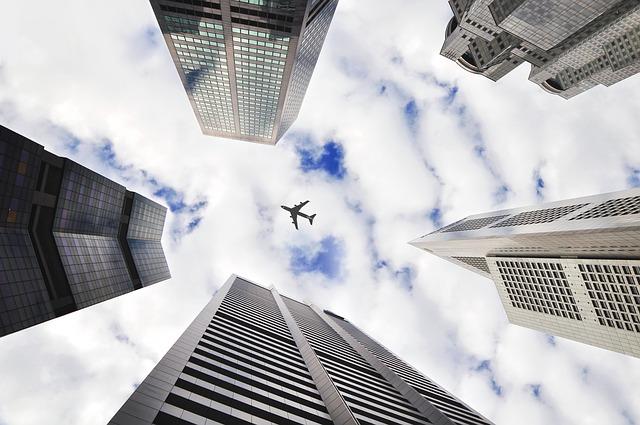 ビルの上空を飛ぶ飛行機