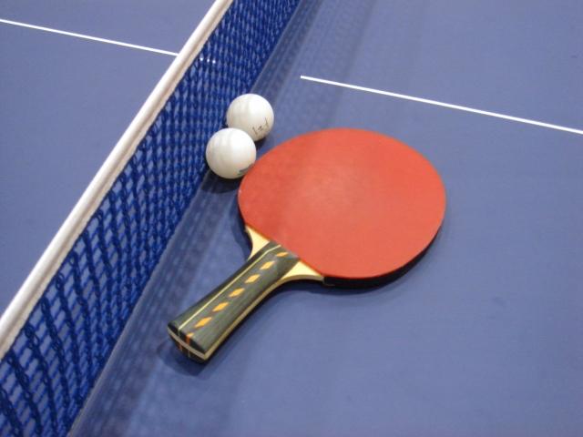 卓球の台とラケットとボール