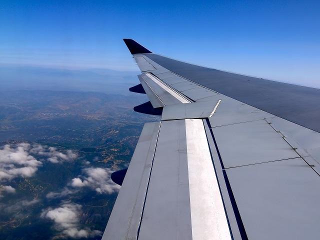 機内から見た飛行機の翼