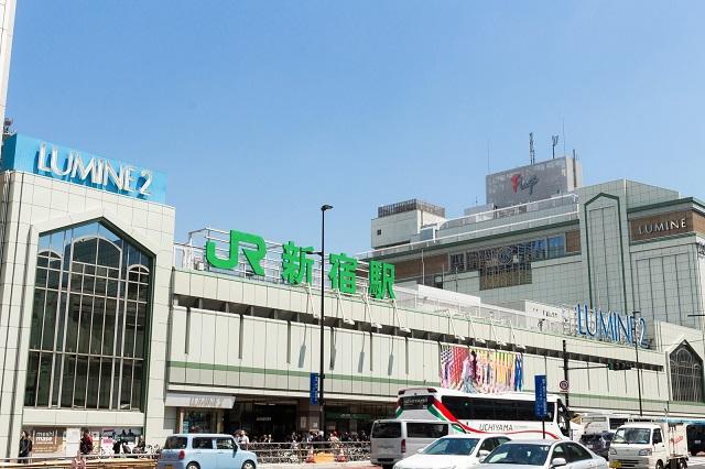 昼間の新宿駅