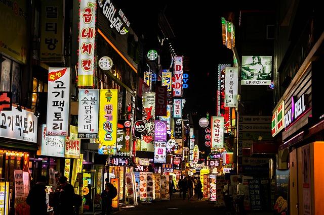 夜の韓国の町並み