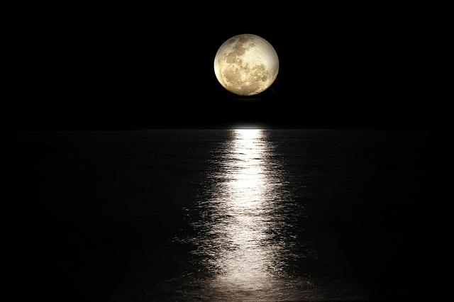 綺麗な満月とムーンロード