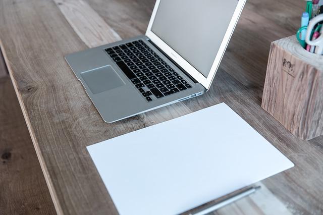 ノートパソコンと紙