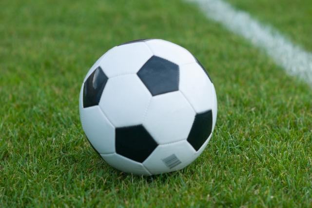 芝生に転がるサッカーボール