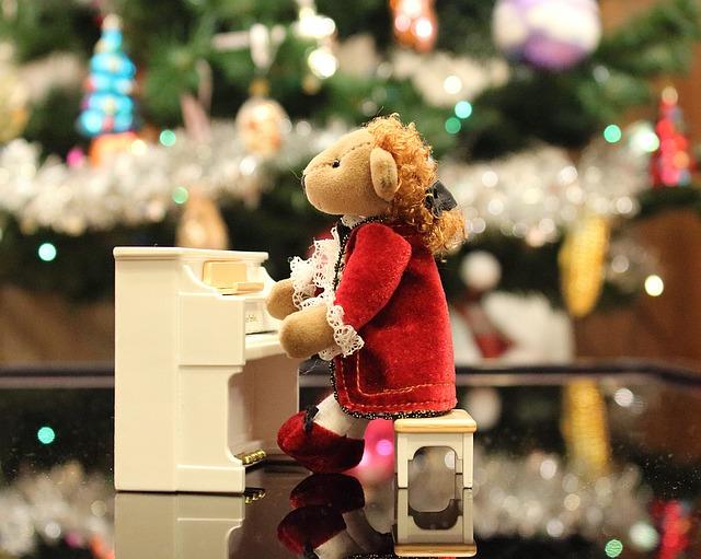 ピアノを弾く人形