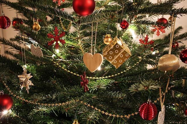 綺麗に飾られたクリスマスツリー