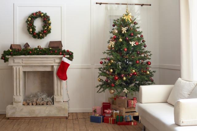 クリスマスの飾りがある家の部屋の中