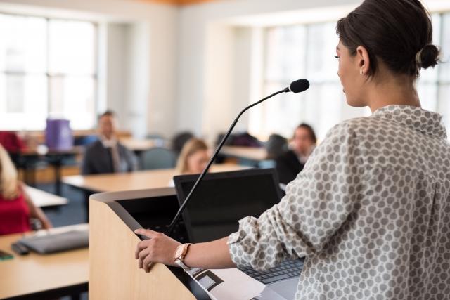 学校で講義をする女性