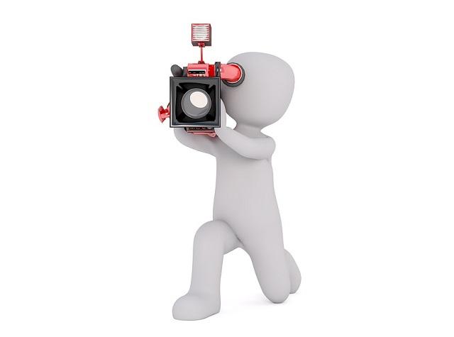 テレビカメラで撮影する人