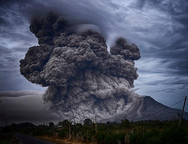 スマトラ島のシナブン山が噴火する様子