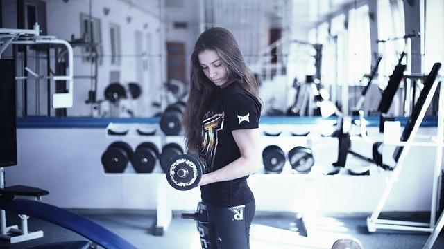 スポーツジムで筋トレをする女性