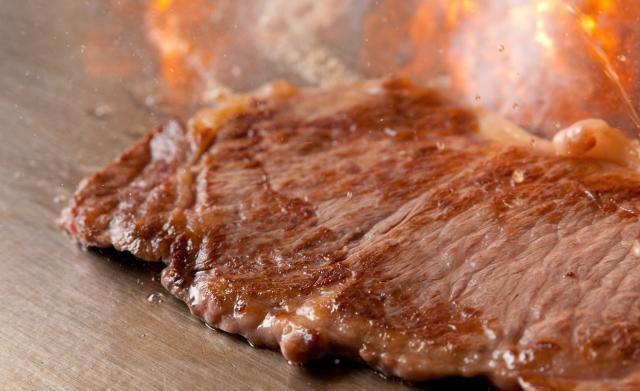 鉄板で焼かれるステーキ