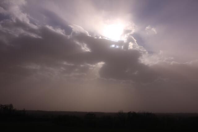 黄砂で霞んだ空